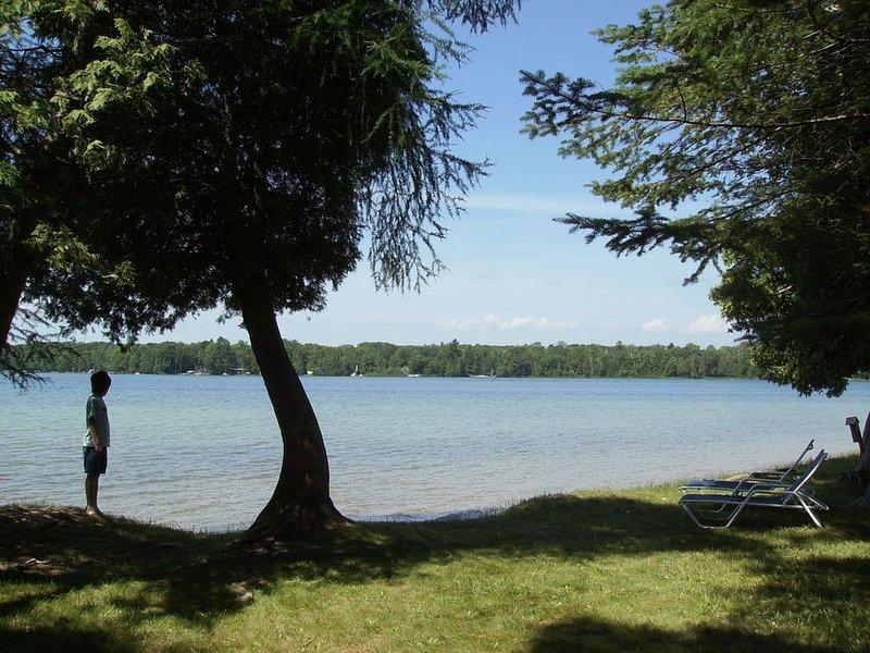 Birch Lake Cottage, Elk Rapids, Waterfront Property near Traverse City, holiday rental in Kewadin
