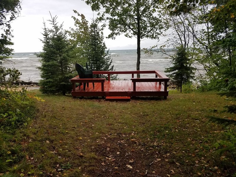 Charming rustic cottage on the shores of Lake Superior, casa vacanza a Bay Mills Township