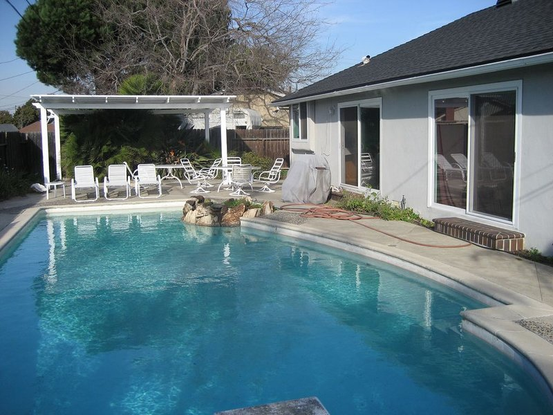 Pool,Disneyland, Knott's, Universal,Art Center, Mall, Newport Beach, Magic Mt, vacation rental in Costa Mesa