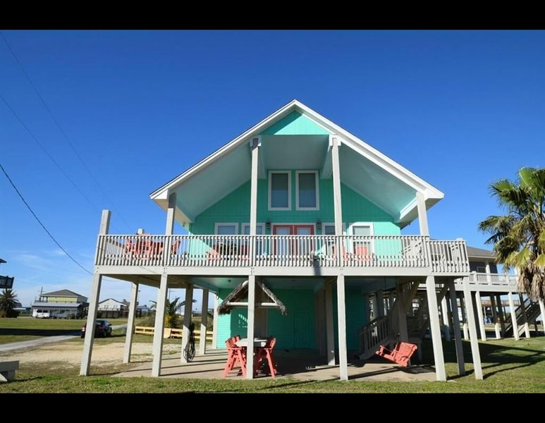 Ocean views off the deck of this 3rd row Crystal Beach home!, holiday rental in Port Bolivar