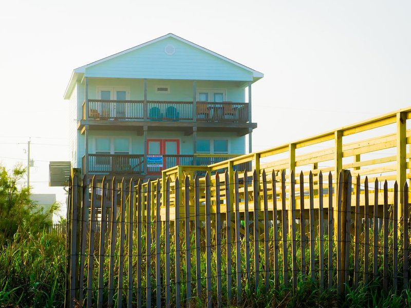 Beach Front - 4 decks watch the sunrise over the ocean & the sunset over the bay, alquiler de vacaciones en Freeport