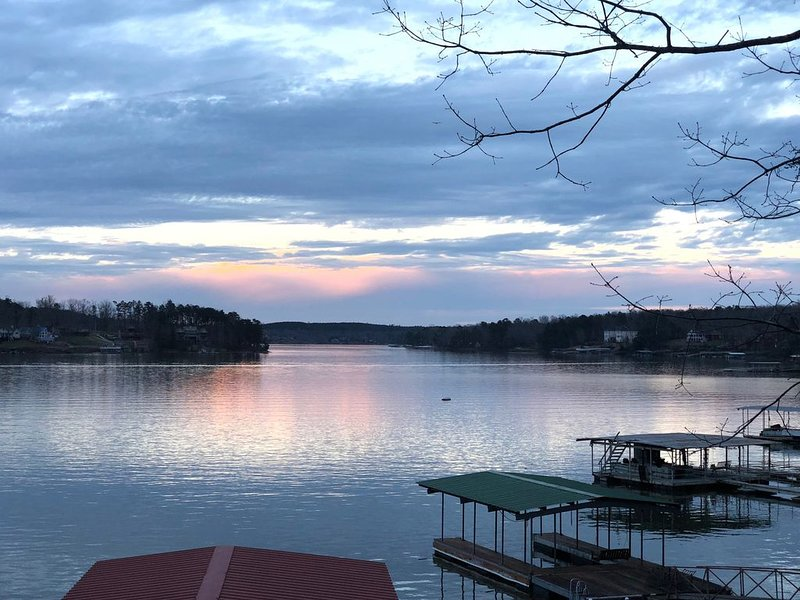 A Happy Place steps away from year round deep water on Smith Lake great location, vacation rental in Jasper