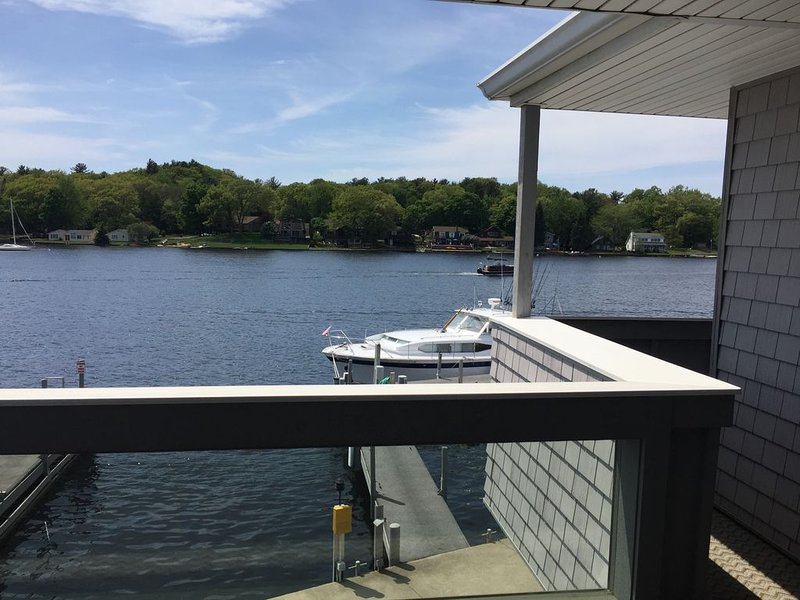 Pentwater Condo with beautiful views right on the Lake, location de vacances à Pentwater