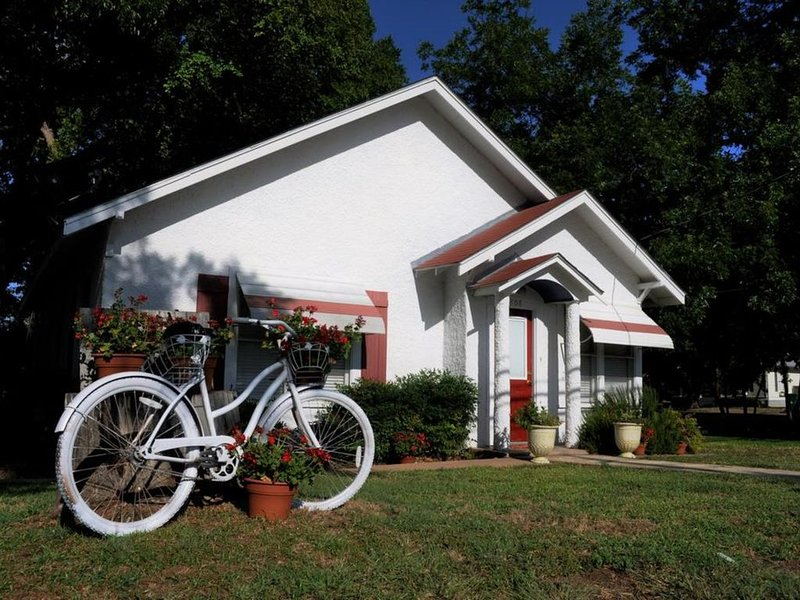 Flossie's Cottage at Flossies Corner Bed And Breakfast, holiday rental in Llano