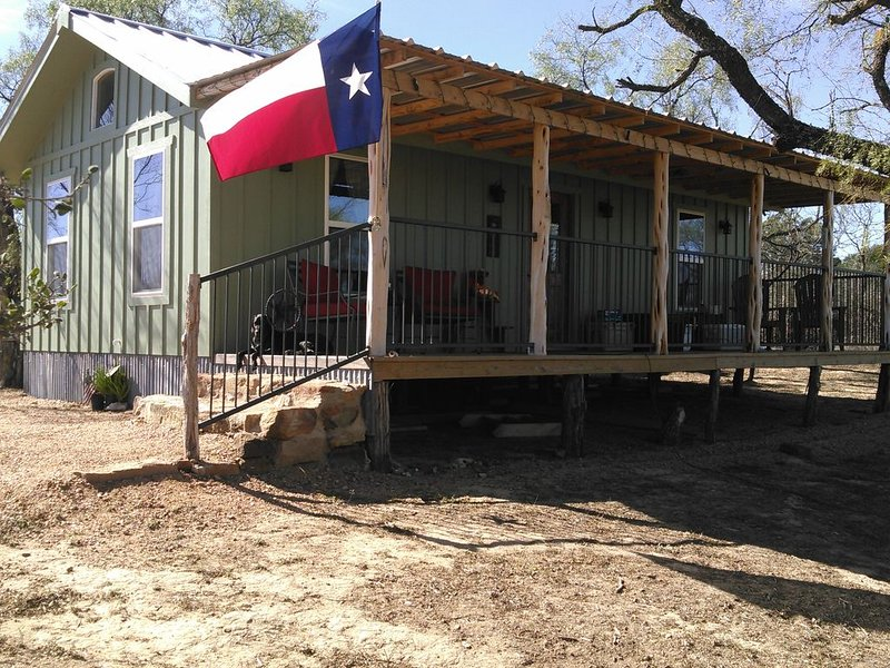 Beautiful Llano River front cabin near Castell Swimming, fishing, kayaking., holiday rental in Pontotoc