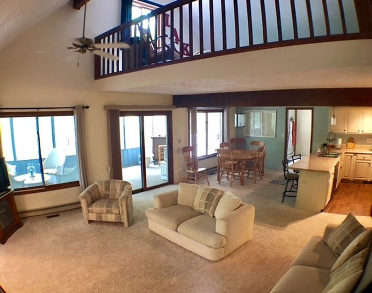 Get away to this beautiful open concept house within walking distance to Higgins, location de vacances à Higgins Lake