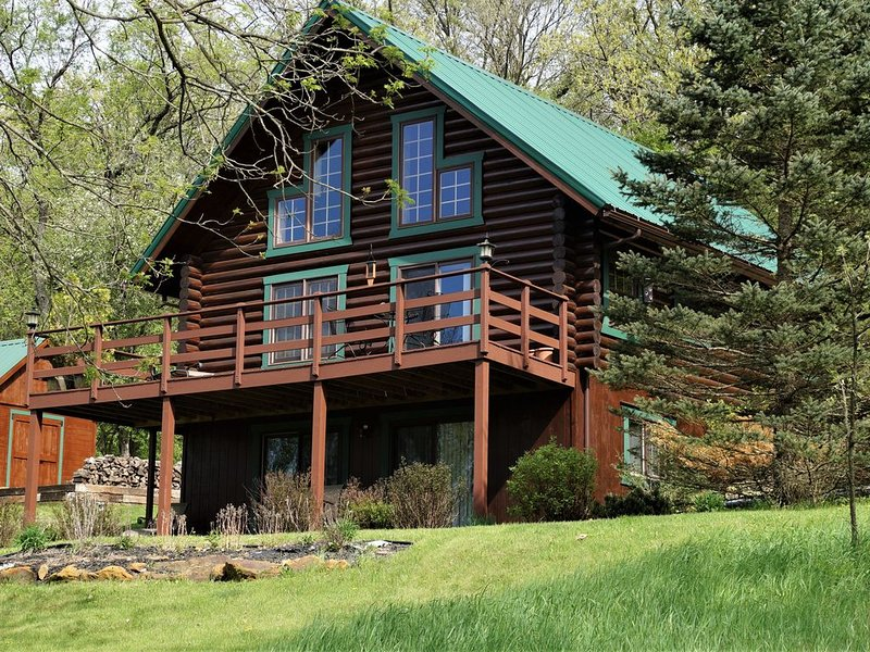 RUSTIC, MAGICAL, LOG HOME IN SW. WI. ...TROUT STREAM, HIKING, NEARBY CANOEING, location de vacances à Mineral Point