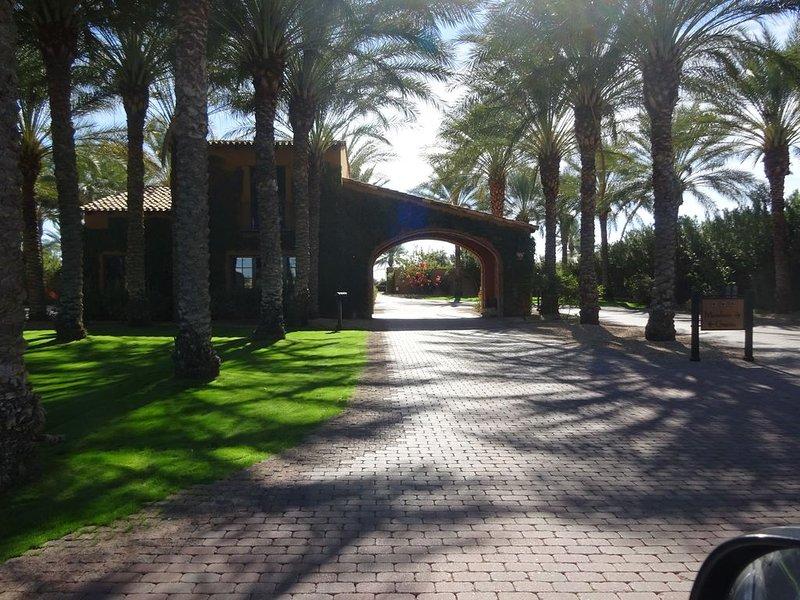 Mooie gated ingang van Encanterra Country Club en golfresort. WELKOM!