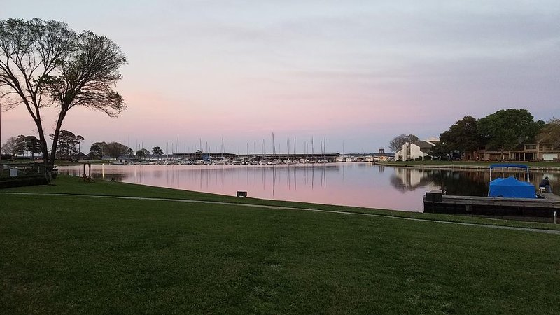 Beautiful! Large Lake Front Condo * Fitness & Racquet Club * Boats & Jet Skis, vacation rental in Montgomery