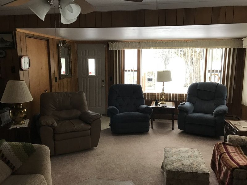 Quiet country home 1.5 miles from Ocqueoc Falls, holiday rental in Tower