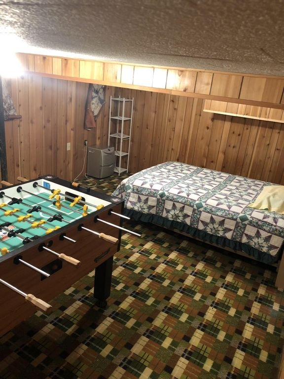 Lit double et table de baby-foot au sous-sol