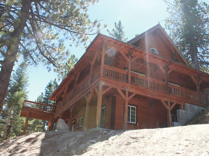 Beautiful 1800 sq. ft. Cabin with sledding hills minutes from Snow Valley,, vacation rental in Running Springs