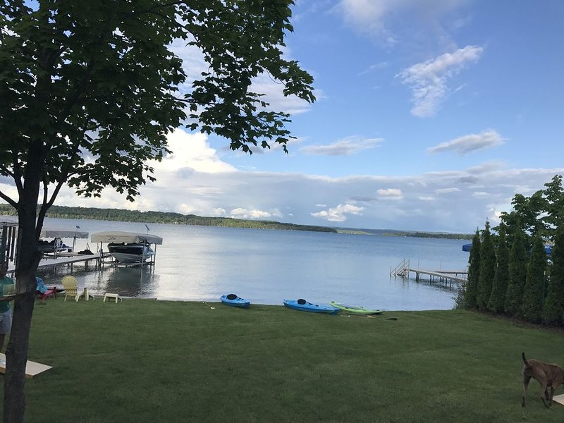 Gorgeous Elk Lake Home And Guest Cottage ~ Includes Kayaks & Paddleboards!, holiday rental in Williamsburg