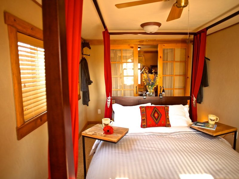B&B Night Hawk Rm enjoy a true western experience with a sophisticated ambiance, vacation rental in Livermore