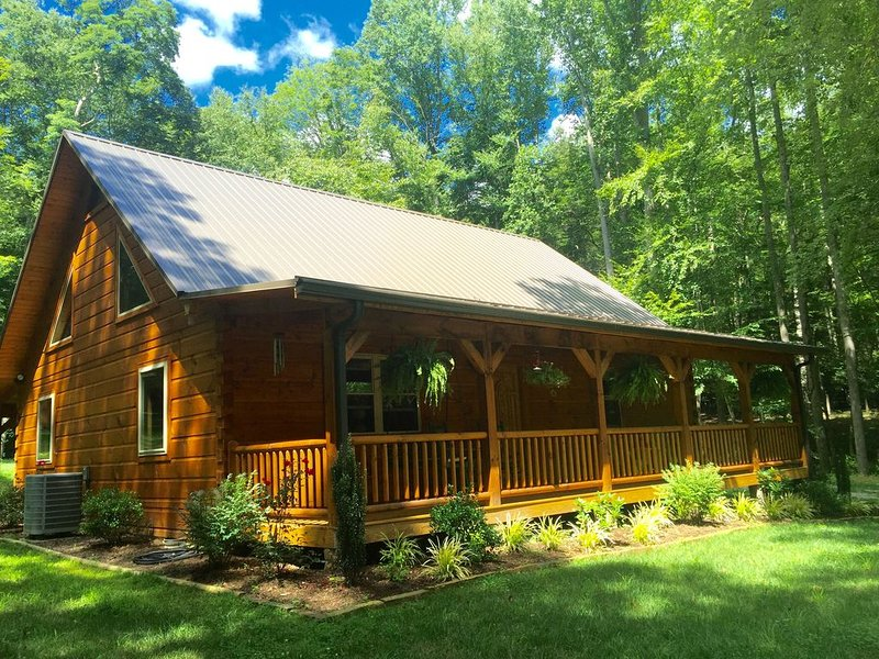 PEACE and TRANQULITY...Beautiful Mtn Cabin by a Stream, Near AT & Roan Mtn St Pk, alquiler vacacional en Bakersville