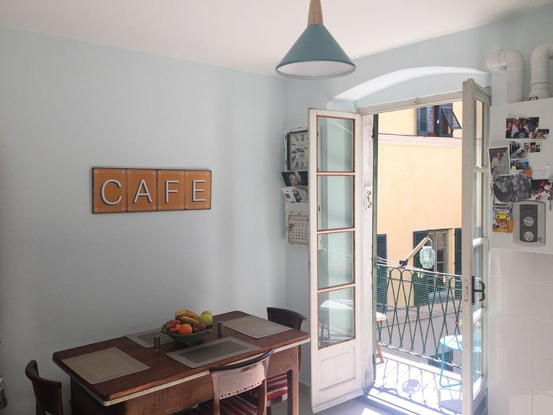 Immaculate apartment with balcony in Finalborgo and near gorgeous beaches, vacation rental in Finale Ligure