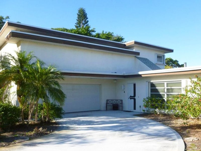 One-of-a-kind, two story home with pool and wooded lot, casa vacanza a Port Saint Lucie
