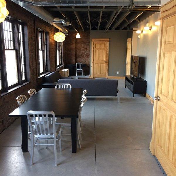 Salle à manger, salon et espace de travail