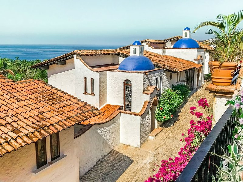 Historic Garza Blanca Villa: Private Pool, Breathtaking Views, Steps to Ocean, alquiler de vacaciones en Puerto Vallarta