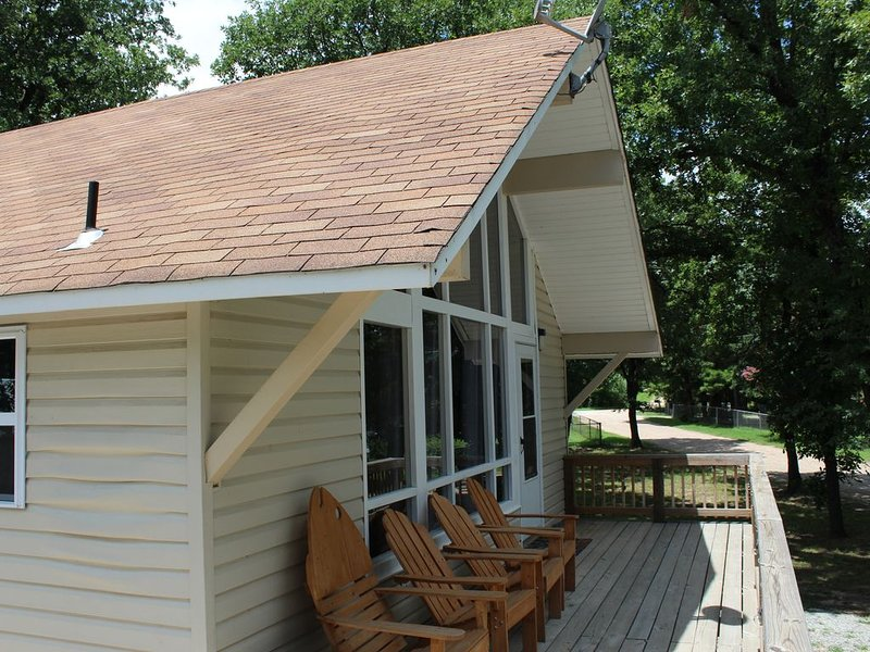 Chalet Lake House on Eufaula Lake - Short Walk to Beach Access and Boat Ramp, alquiler de vacaciones en Eufaula