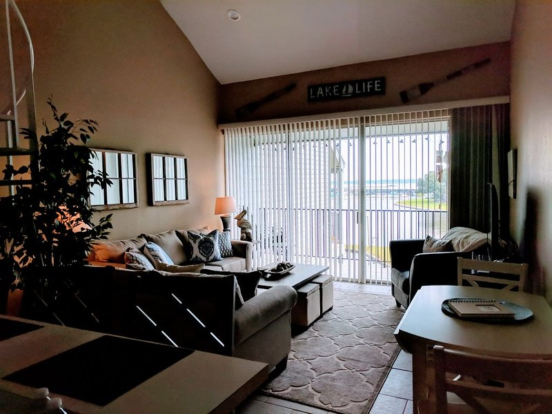 Beautiful Waterfront Condo in Walden on Lake Conroe, holiday rental in Plantersville
