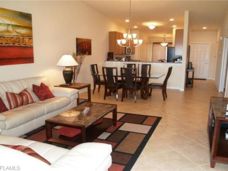 Warm And Welcoming Top Floor Unit Overlooking Freshwater Lake, Adjacent Golf., vacation rental in Golden Gate