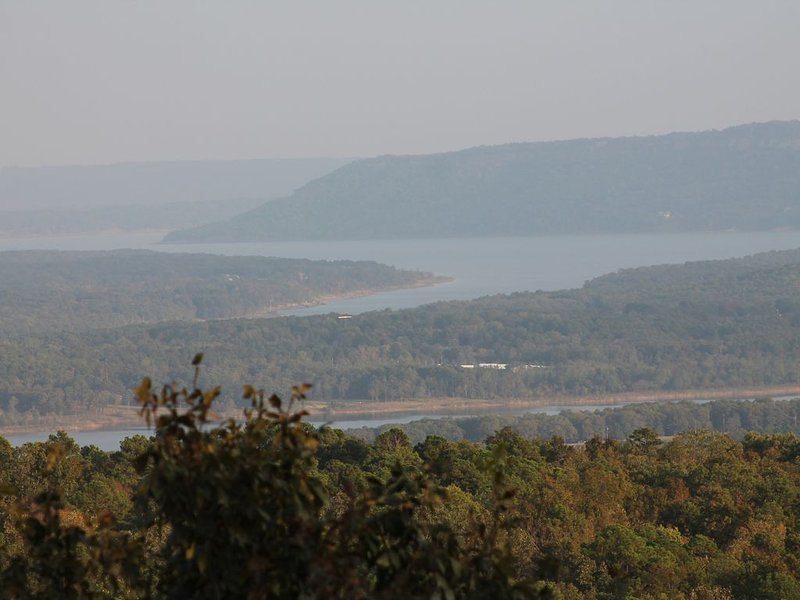 Ozark Oasis has a stunning view with lots of room to relax! Minutes from lake!, holiday rental in Shirley