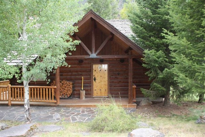Beautiful, handcrafted log cabin with stone fireplace, tastefully decorated, holiday rental in Clinton