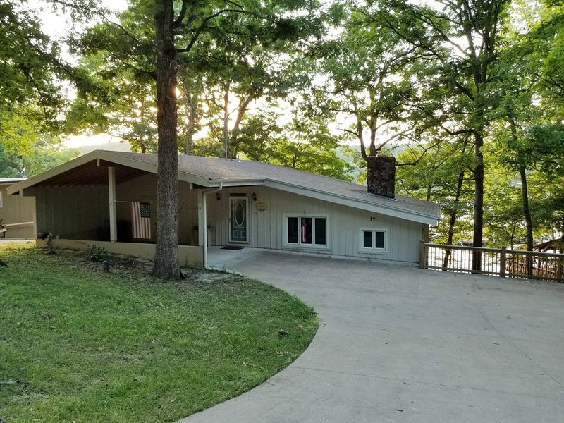 Cozy Lake Front Cottage w/dock, perfect family retreat!, vacation rental in Camdenton