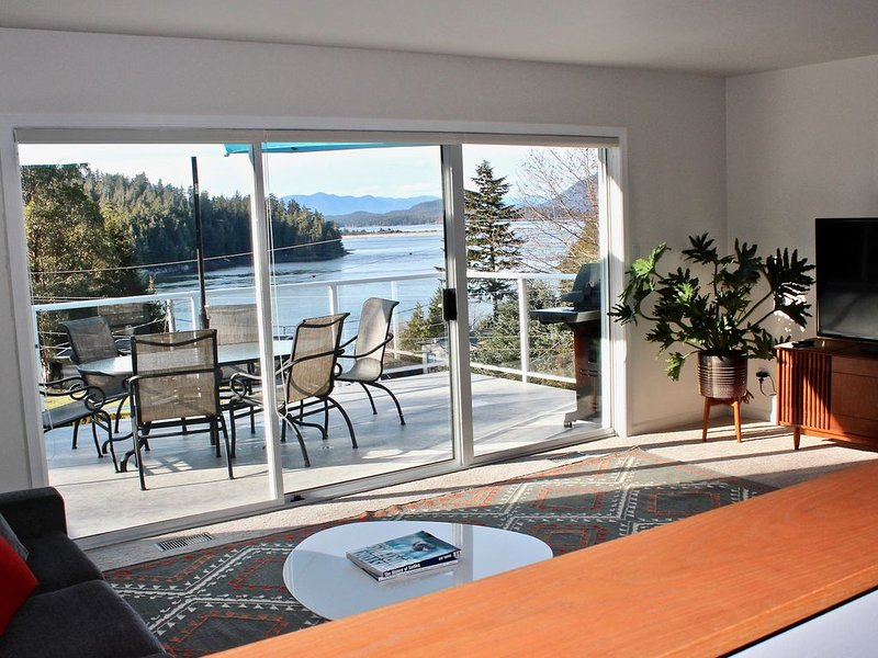 Ocean View! Located minutes away from Tonquin Beach & 5 minute walk to town., aluguéis de temporada em Tofino