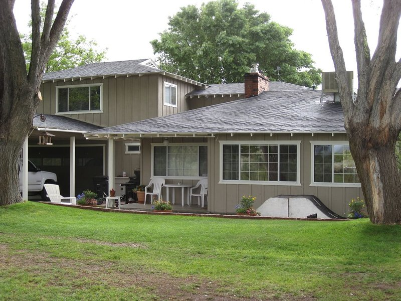 Downtown location with mountain views and rushing water, holiday rental in Inyo County