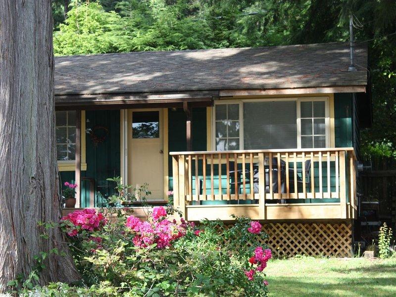 Warm, comfortable, cozy cottage with partial  ocean view and beach access, aluguéis de temporada em Roberts Creek