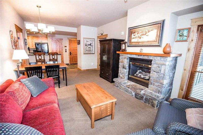 Top Floor Spacious Condo w/ Ski In/Ski Out Access, alquiler de vacaciones en Polebridge