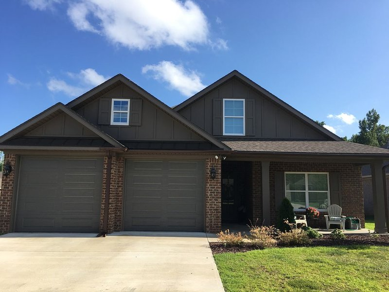 New/Beautiful 4 bedroom 2 bath with open concept and Family friendly subdivision, holiday rental in Coker