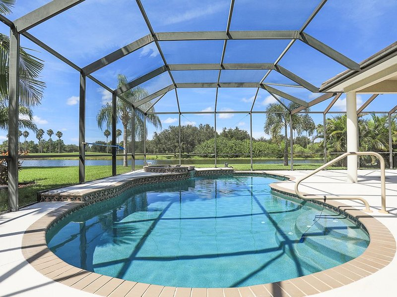 Large Pool Home with Golf Course Views in Stoneybrook. Stoneybrook 10, location de vacances à Ellenton