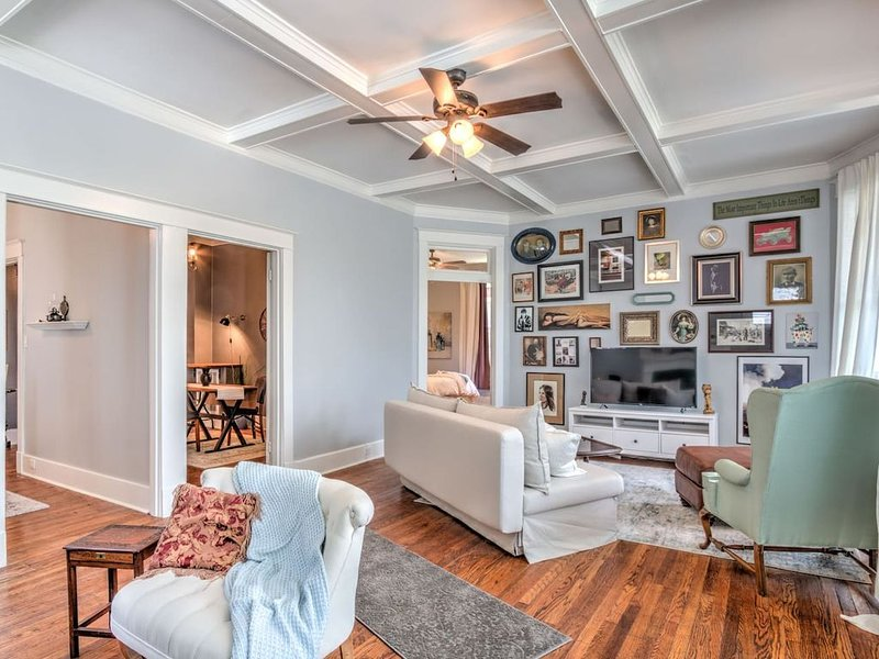 Elegant Colonial with Lovely Details & Character!, vacation rental in Memphis