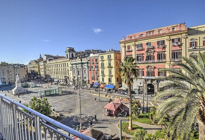 Appartamento Re Carlo: Un luminoso appartamento situato nel centro storico di Na, vacation rental in Naples