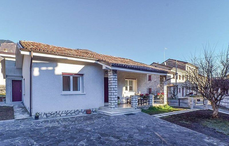 Villa Marsica A, rimborso completo con voucher*: Un'accogliente casa indipendent, vacation rental in Segusino