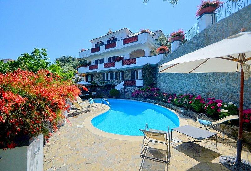 Villa Gioiosa, rimborso completo con voucher*: Una elegante ed accogliente villa, holiday rental in Marina di Puolo