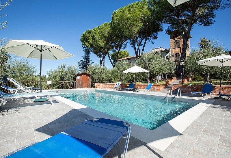 Villa Tristano Grande: Una splendida villa su tre piani posta sulla sommità di u, vacation rental in Barberino Val d'Elsa