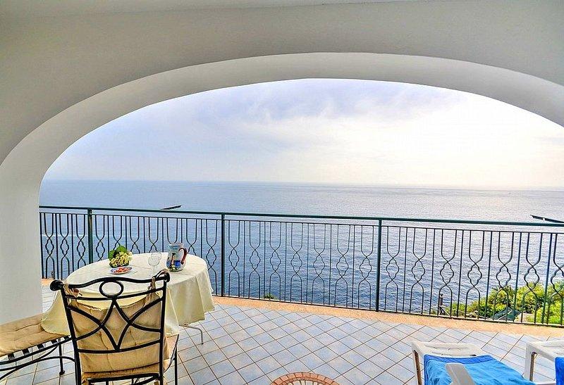 Casa Anita: Un luminoso e solare appartamento rivolto al sole e al mare., vacation rental in Praiano