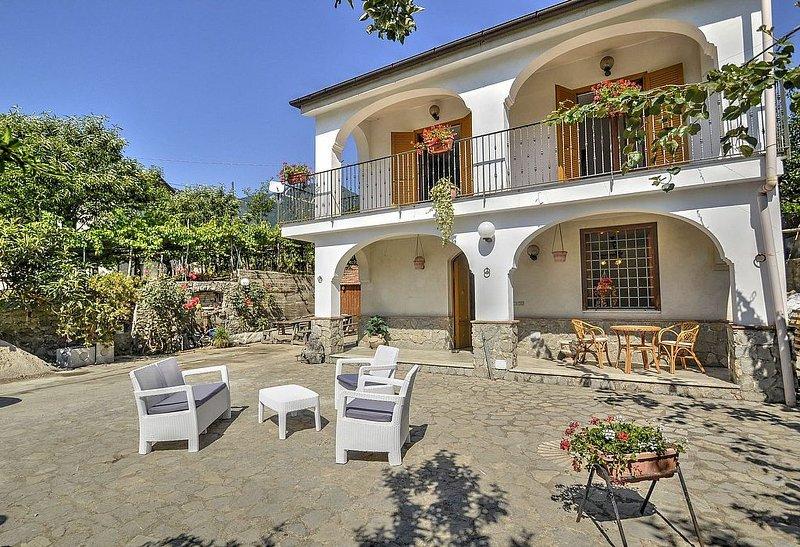 Villa Vinile, rimborso completo con voucher*: Un'accogliente villa su due piani, holiday rental in Sant'Egidio del Monte Albino