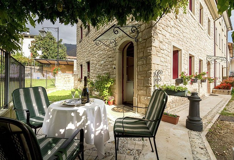 Villa Marsica B, rimborso completo con voucher*: Un accogliente appartamento cir, vacation rental in Segusino