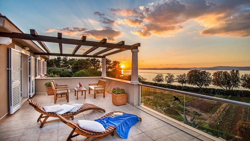 Large Modern Villa, Private Heated Infinity Pool, Amazing Sea Views, just 10 met, alquiler de vacaciones en Sumpetar