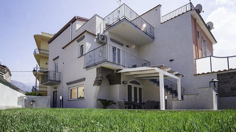 Villa Mira, rimborso completo con voucher*: Una elegante ed accogliente villa su, location de vacances à Sant'Agnello