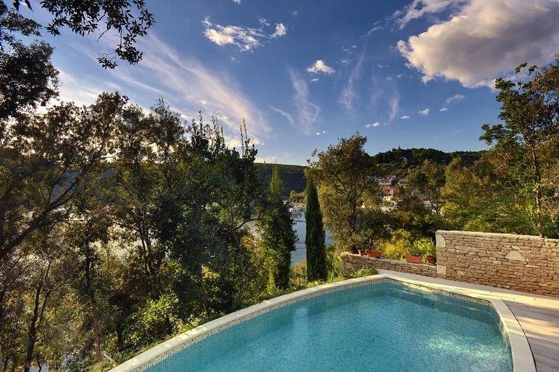 Traumhafte Finca direkt an der kristallklaren Adria mit privatem Pool, Klima, WL, holiday rental in Krnica