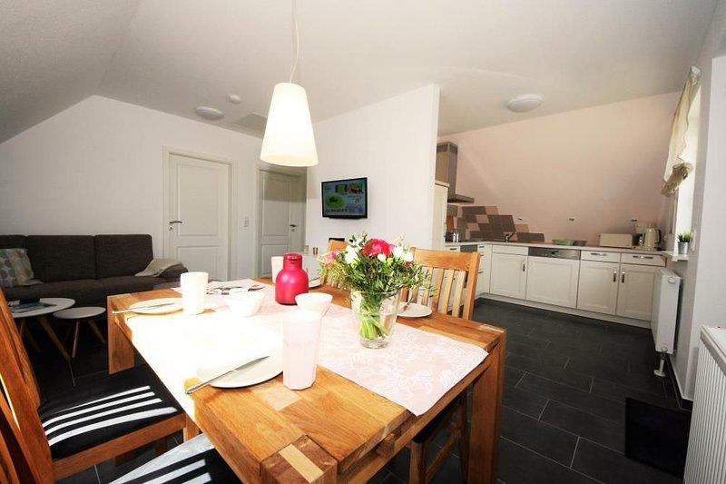Stilvolle Ferienwohnung an der Mueritz mit Balkon & WLAN in Roebel/Mueritz, holiday rental in Gotthun