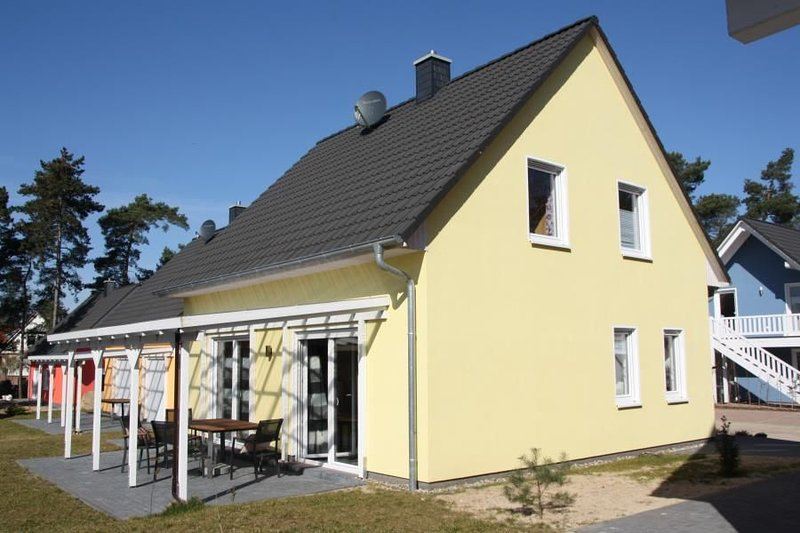 Stilvolles Ferienhaus mit Kamin & WLAN am See in Roebel, holiday rental in Gotthun