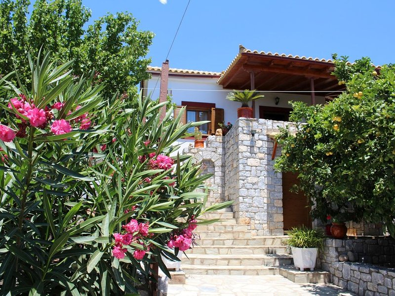 Schönes Ferienhaus mit Meerblick, Terrasse, BBQ | Lakonia, Peloponnes, vacation rental in Karavostasi