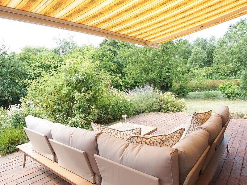 Ferienhaus mit 4 Schlafzimmern, 3 Bädern, Sauna, Fitnesstraum und großem Garten, holiday rental in Klingberg